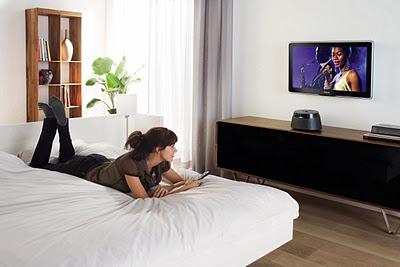 девушка смотрит телевизор, девушка отдыхает, легкие способы отдохнуть