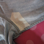 Заплатка на джинсах фото