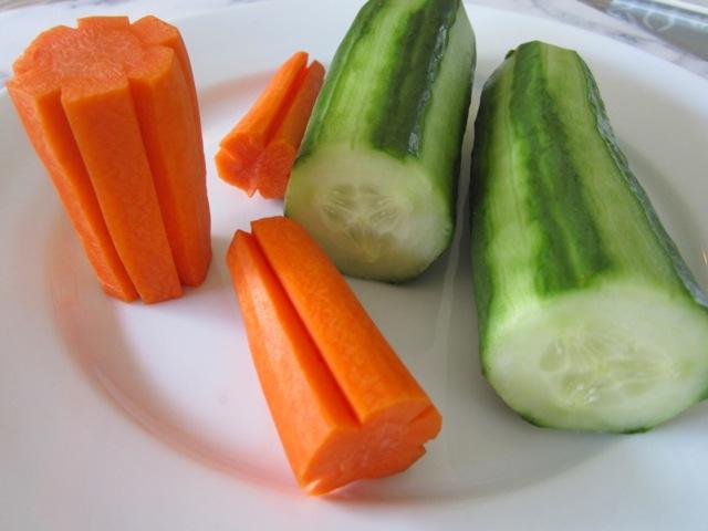 Очищенные огурцы и морковь на тарелке фото картинка фотография