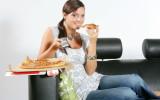 Девушка ест пиццу фото