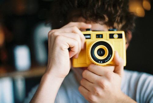 Парень с фотоаппаратом фото