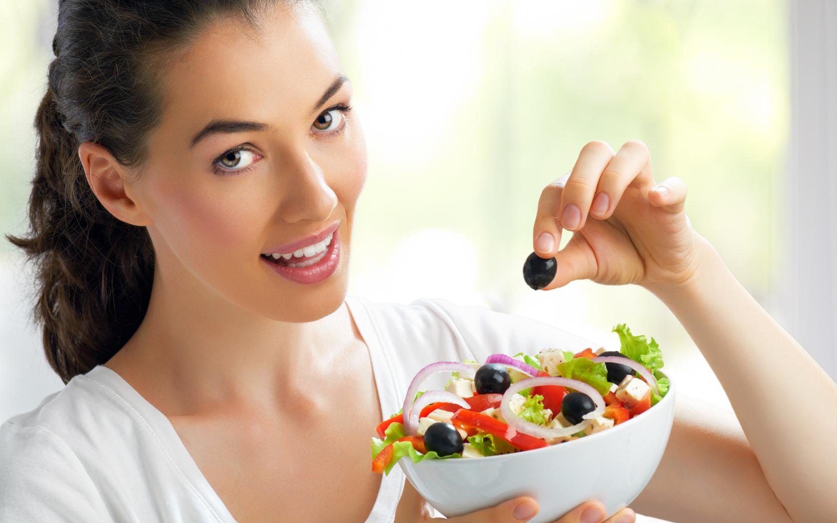 Девушка с салатом фото