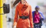 Девушка в оранжевом тренче фото