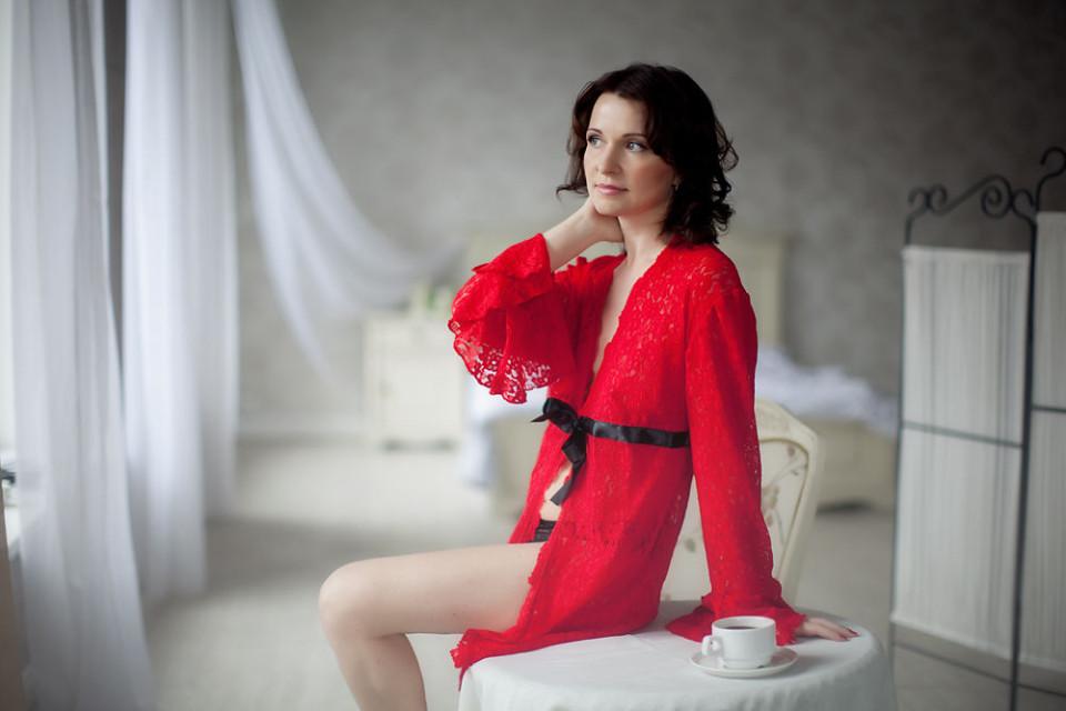 Девушка в красном кружевном халатике