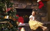 Девочка возле елки фото