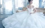 Красивая девушка в платье невесты фото