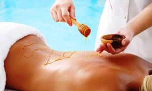 Массаж с медом сделает вашу кожу шелковой.Фото
