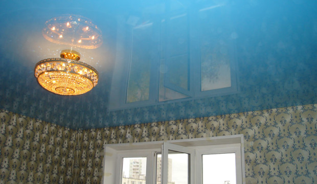 Натяжной потолок с люстрой фото