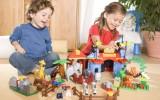 Дети играют с конструктором фото